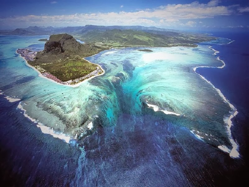 Absolutely-Stunning-Illusion-of-an-Underwater-Waterfall-in-Mauritius